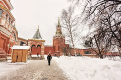 La Moscú el Kremlin, cubierta de la Plaza Roja por la nieve San adyacente Basil Cathedral con el paisaje de la torre de Spasskaya Foto de archivo libre de regalías