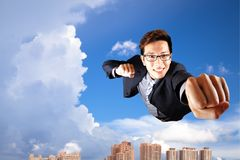 La mosca dell'uomo d'affari in cielo gradice il superman Immagini Stock Libere da Diritti