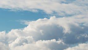 La mosca a través de las nubes del verano vuela de lado almacen de video