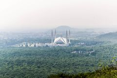 La moschea di Faisal dello scià è il masjid a Islamabad, Pakistan Individuato sulle colline pedemontana delle colline di Margalla immagine stock libera da diritti