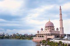 La moschea di Putra sul cielo scuro ha individuato nella città di Putrajaya il nuovo Feder Fotografie Stock Libere da Diritti