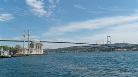 La moschea e Bosphorus di Ortakoy gettano un ponte sui continenti di collegamento dell'Asia e di Europa, Costantinopoli, Turchia Immagini Stock Libere da Diritti