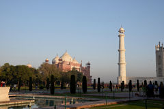 La moschea a Taj Mahal Una torre di Taj Mahal è visibile Fotografie Stock