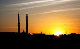 La mosquée avec l'église représentent la paix au Caire en Egypte en Afrique Photographie stock libre de droits