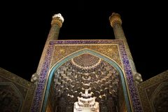 La mosquée d'Iman Mosque ou de Shah, éclairent jusqu'au ciel nocturne à Isphahan, Iran Perse photos libres de droits