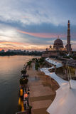 La mosquée de Putra à l'heure bleue Photographie stock libre de droits