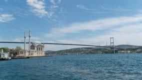 La mosquée et le Bosphorus d'Ortakoy jettent un pont sur les continents se reliants de l'Europe et de l'Asie, Istanbul, Turquie images libres de droits