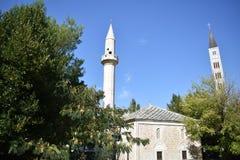 La mosquée et le campanile d'église catholique à proximité photos libres de droits