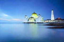 La mosquée majestueuse pendant l'heure bleue Images libres de droits