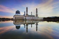 La mosquée majestueuse pendant le coucher du soleil Image libre de droits