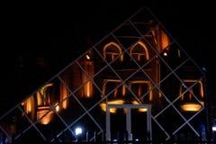 La mosquée s'est reflétée dans le bâtiment en verre moderne à Bakou, capitale de l'Azerbaïdjan Image libre de droits