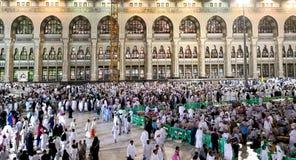 La mosquée sainte de l'extérieur pendant la prière d'Isha photos libres de droits