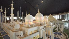 La mostra dei modelli Sheikh Zayed Grand Mosque fatta di Lego collega in Miniland Legoland ai parchi ed alle località di soggiorn fotografie stock