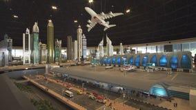 La mostra dell'aeroporto dei modelli del Dubai ha fatto dei pezzi di Lego in Miniland Legoland ai parchi ed alle località di sogg immagine stock