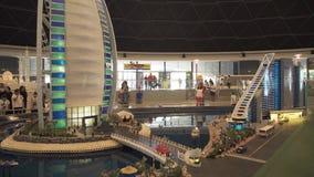 La mostra dell'hotel della spiaggia di Jumeirah dei modelli e di Burj Al Arab Hotel fatto di Lego collega in Miniland Legoland al fotografia stock libera da diritti