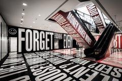 La mostra di dubbio + di credenza al museo di Hirshhorn, in Washingto immagini stock libere da diritti