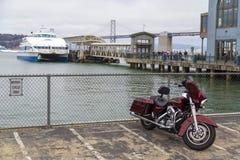 La moto de Harley Davidson parqueó en Embarcadero con la bahía de Oakland en fondo, en San Francisco, California Imágenes de archivo libres de regalías