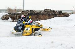 La moto de nieve se mueve en la curva de la pista del deporte Imagen de archivo