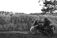La motocicleta de la aventura, engranaje del motorista, un conductor de la moto mira, concepto de forma de vida activa, viaje por imagen de archivo
