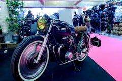 La motocicleta de Honda modificó estilo del corredor del café en una exposición del tiempo Fotografía de archivo libre de regalías