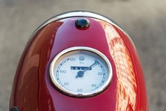 La motocicleta roja Jawa 125 del vintage produjo en Checoslovaquia anterior Imágenes de archivo libres de regalías