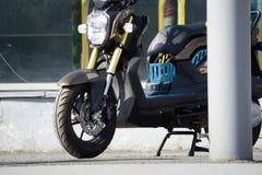 La motocicleta se parquea en el camino fotografía de archivo libre de regalías