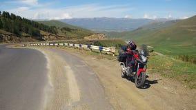 La motocicleta turística se coloca a lo largo de Serpentine Road en las montañas de Armenia Viaje de Moto almacen de video