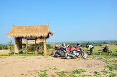 La motocicleta y Chopper Motorcycle del deporte de la parada del viajero para el resto en el punto de vista prohíben Kha Fotos de archivo