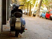La motocicletta ha parcheggiato sulla via immagini stock