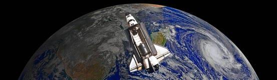 La mouche de navette spatiale aux éléments d'orbite terrestre de cette image a fourni par la NASA f illustration stock