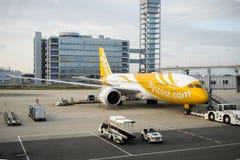 La mouche de Scootm filent, des avions à l'aéroport international de Kansai KIX Image libre de droits