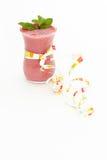 La mousse de baie décorée des lames de menthe Photographie stock