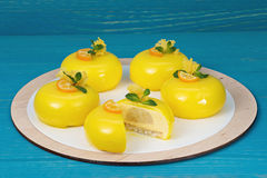 La mousse de mangue durcit avec le lustre de passiflore comestible de passiflore Photo stock