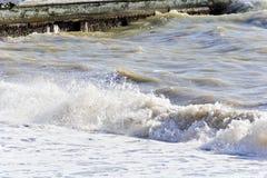 La mousse de mer ondule dans le jour d'été Photo stock