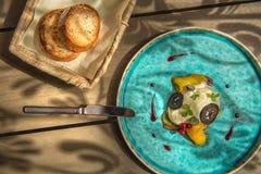 La mousse esclusiva del formaggio con le noci marinate e la barbabietola dorata è servito sul piatto del turchese, gastronomie su immagine stock
