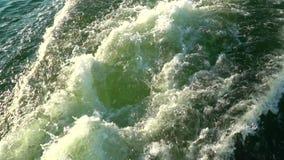 La mousse qui reste après la navigation de bateau banque de vidéos