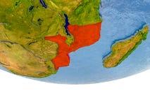 La Mozambique en rouge sur le modèle de la terre Photo libre de droits