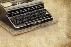 La máquina de escribir retra en el viejo vintage texturizó el fondo de papel Imagenes de archivo