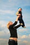 La mère soulève l'enfant Images libres de droits