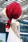 La muñeca de Shrovetide se vistió en el pañuelo rojo, tradicional para Rusia Imágenes de archivo libres de regalías