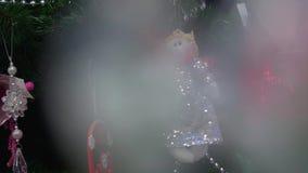 La muñeca hecha a mano preciosa con las chispas que cuelgan en el árbol de navidad metrajes