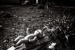 La muñeca sola en escena urbana Fotografía de archivo