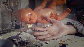 La muñeca ve la muerte de un drogadicto metrajes