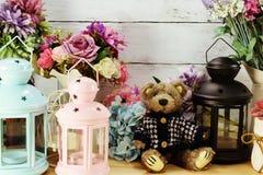 La muñeca y la vela lindas del peluche se encienden con el ramo de la flor Fotografía de archivo libre de regalías