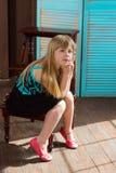 La muchacha 6 años se sienta en silla Imágenes de archivo libres de regalías