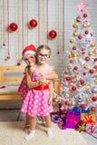 La muchacha abrazó a la otra muchacha en vidrios redondos divertidos Foto de archivo libre de regalías