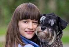 La muchacha abraza su animal doméstico imagen de archivo libre de regalías