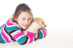 La muchacha abraza un perrito foto de archivo