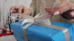 La muchacha abre la caja con un regalo almacen de metraje de vídeo
