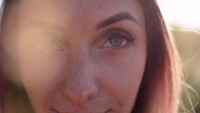 La muchacha la abre los ojos almacen de video